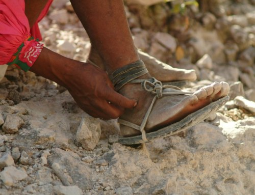 Ganadora de ultramaratón utilizó sandalias de neumáticos reciclados
